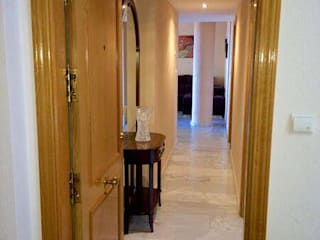 Classic style corridor, hallway and stairs by Whitehome Classic
