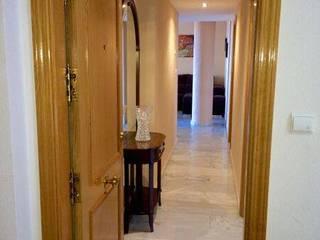 Pasillos, vestíbulos y escaleras de estilo clásico de Whitehome Clásico