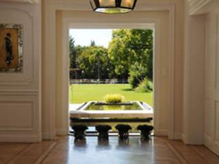 PROYECTO + B342 : Pasillos y recibidores de estilo  por Estudio Susana Villaverde