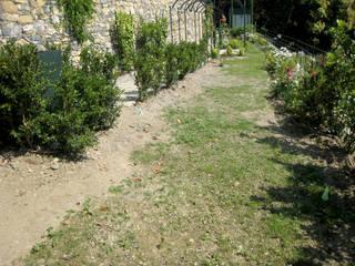 Durante i lavori di sistemazione del giardino:  in stile  di Gruppo Mati srl (MATI1909)