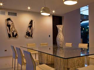 Modern dining room by AIDA TRACONIS ARQUITECTOS EN MERIDA YUCATAN MEXICO Modern