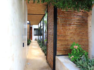 Tropical style corridor, hallway & stairs by FGO Arquitectura Tropical