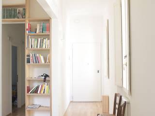 casa J: Ingresso & Corridoio in stile  di TIPI STUDIO