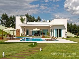 Case moderne di Adriane Perotoni Arquitetura.Interiores Moderno