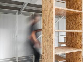 Casa DL: Escritórios e Espaços de trabalho  por URBAstudios