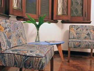 Estantería Leila y Sillón individual Etiopía Salas de estilo moderno de Muebla Moderno