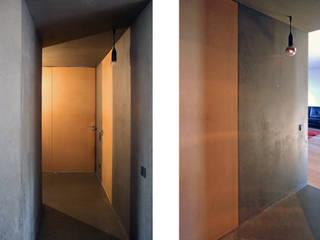 Couloir, entrée, escaliers modernes par URBAstudios Moderne