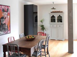 Modern dining room by URBAstudios Modern