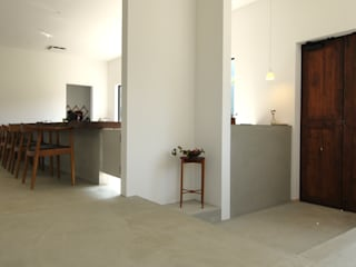 店内入って、左側を見た光景.: 宮城雅子建築設計事務所 miyagi masako architect design office , kodomocafe が手掛けたレストランです。