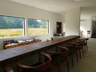 カウンター.: 宮城雅子建築設計事務所 miyagi masako architect design office , kodomocafe が手掛けたレストランです。