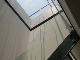 CoRREA Arquitectos Ingresso, Corridoio & Scale in stile moderno