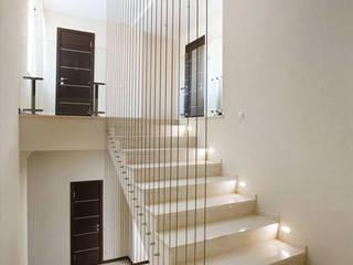 Minimalist corridor, hallway & stairs by kvartalstudio Minimalist