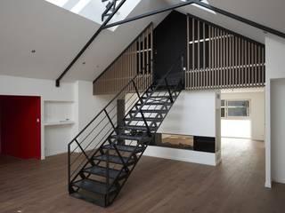 Deux Loft- extension Couloir, entrée, escaliers modernes par phenome architectures Moderne
