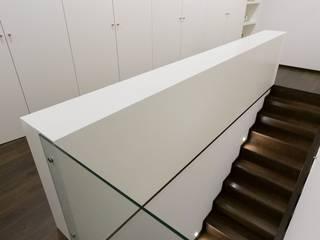 house 116 bo | bruno oliveira, arquitectura 現代風玄關、走廊與階梯 複合木地板 White