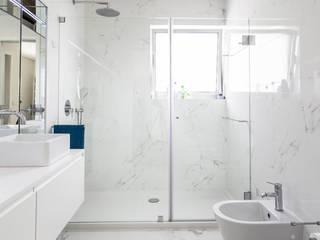 homify Modern bathroom Ceramic White