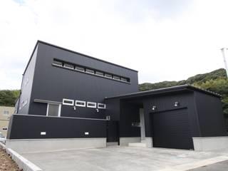 バイクガレージのある家 外観: フォーレストデザイン一級建築士事務所が手掛けたです。