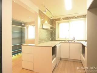 주말에 부부가 함께 요리할 수 있는 공간_25py주택: 홍예디자인의  주방