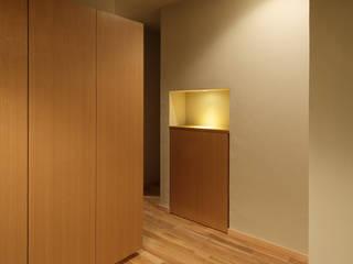 AS HOUSE: 日菜設計室 HINA ARCHITECTSが手掛けた廊下 & 玄関です。,