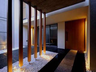 東花池の家: 株式会社 岡﨑建築設計室が手掛けた廊下 & 玄関です。