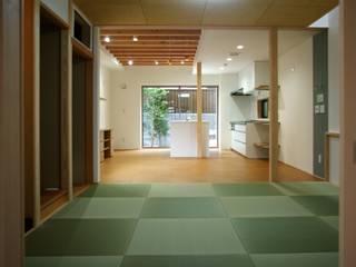 和室 LDK: 株式会社 岡﨑建築設計室が手掛けたリビングです。