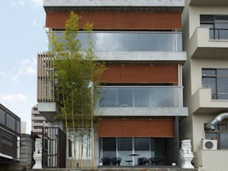 鴨川からの外観: 株式会社 岡﨑建築設計室が手掛けた家です。