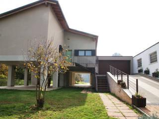 Realizzazione villa monofamiliare sulle sponde del Lambro: Case in stile  di STUDIO TECNICO fAVARATO