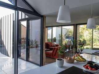 Back in Black - Extension et rénovation d'une maison individuelle: Salle à manger de style  par LAUS architectes