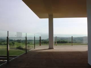 Villa Degli Arieti: Terrazza in stile  di Studio d'architettura associato f.g.i. Visconti