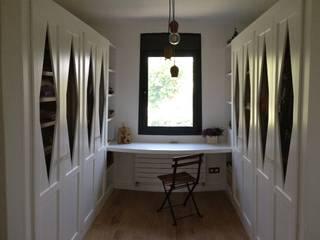 Phòng thay đồ phong cách hiện đại bởi TESTA studio Hiện đại