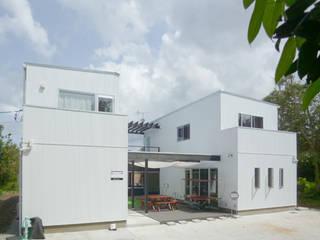Tropical style houses by 竹田廉太郎建築設計室 Tropical