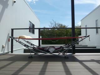 伊豆大島の家: 竹田廉太郎建築設計室が手掛けたテラス・ベランダです。