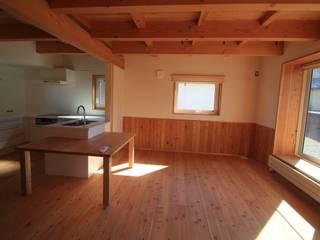 Modern Living Room by (有)ガンバ建築設計 Modern
