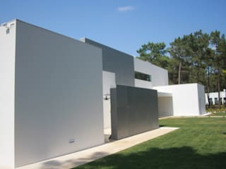 Jogo de volumes da fachada: Moradias  por Miguel Ferreira Arquitectos