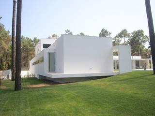 Villa in stile  di Miguel Ferreira Arquitectos