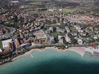 Nuovo Lungolago a Desenzano del Garda: Sedi per eventi in stile  di Studio d'architettura associato f.g.i. Visconti
