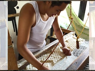 Elton Gonzalez en telar de pedal:  de estilo  por Tapetes Gualupita