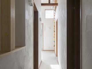 Modern Corridor, Hallway and Staircase by 株式会社エキップ Modern