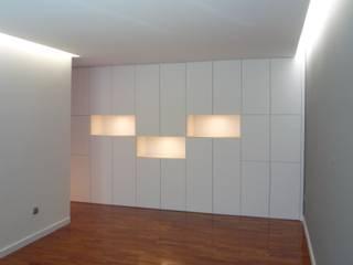 Apartamento no Porto: Salas de jantar minimalistas por bkx arquitectos