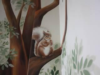 particolare scoiattolo: Stanza dei bambini in stile in stile Classico di artivisibili