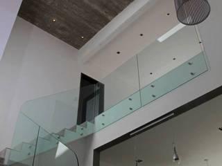 Casa Racionalista en La Glorieta Nordelta: Livings de estilo moderno por ADHOC arquitecturAmedida