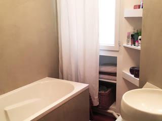 Appartement 2 pieces PARIS 18: Salle de bains de style  par Agence KP