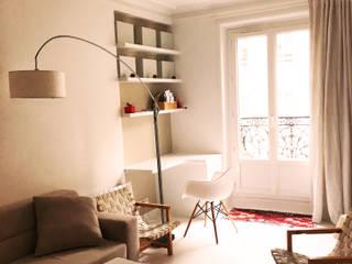Appartement 2 pieces PARIS 18: Bureau de style  par Agence KP