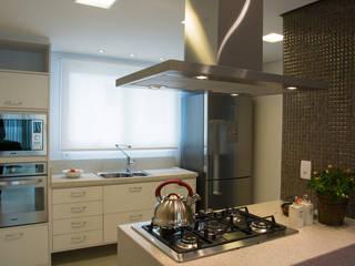 Ilha com cooktop: Cozinhas modernas por ARQ Ana Lore Burliga Miranda