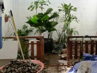 Jardín tropical muy pequeño en patio, con fuente y piedras:  de estilo  por Zen Ambient,