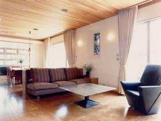 N邸: (有)アマ設計事務所が手掛けたリビングです。