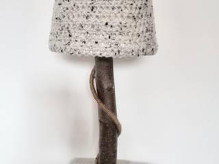 Stoere natuurlijke tafellampen met warme wollen kappen.:   door WoodWoolDesign
