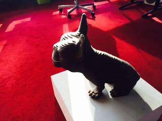 Frans Bulldog Urn: modern  door Studio Saihol Yuen, Modern
