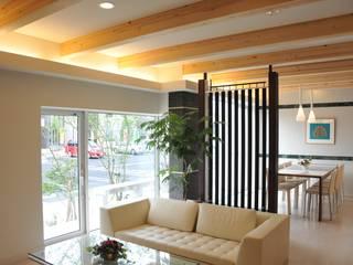 リビングスペ-ス: 一級建築士事務所ATELIER-LOCUSが手掛けたリビングです。