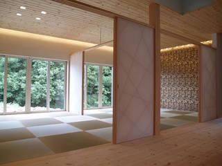 二間続きのタタミ間を見る。: 一級建築士事務所ATELIER-LOCUSが手掛けた和室です。