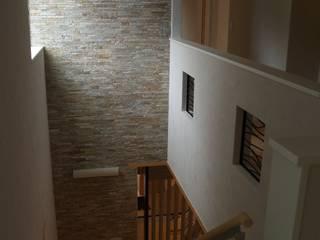 階段・吹き抜け: 一級建築士事務所ATELIER-LOCUSが手掛けた廊下 & 玄関です。
